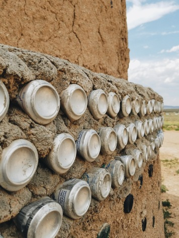 The large walls ´ base are car tires, and for smaller walls, cans are used.